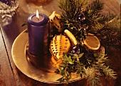 Adventsgesteck mit Zitronenpomander, Glaskugeln & Kerze