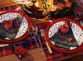Weihnachtliche Festdekoration: Tannenbaumserviette auf Teller