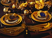 Festlich, elegant geschmückter & gedeckter Tisch