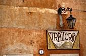 Schild über dem Eingang zu einer italienischen Trattoria