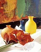 Drei farbenfrohe Vasen & Amaryllisblüten auf dem Tisch
