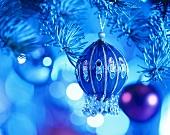 Verzierte Weihnachtskugel in blauem Licht