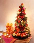Adventsgesteck in Weihnachtsbaumform