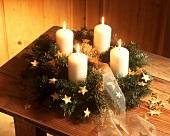 Adventskranz, dekoriert mit goldenen Sternchen