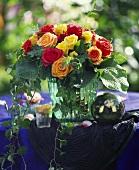 Bunter Rosenstrauss mit Efeuranken und Funkienblättern