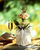 Gesteck aus Maiglöckchen & champangerfarbenen Rosen