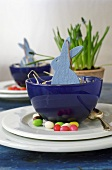 Easter decoration with felt Easter Bunnies in blue bowls