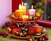 Weihnachtliche Etagere mit Kerzen, Obst und Scheinzypresse
