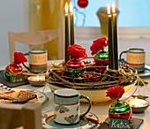 Adventsgesteck mit Hagebutten und Rosenblüten