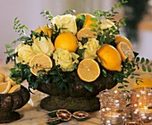 Arrangement: lemons, yellow roses 'Hollywood', pistachio leaves