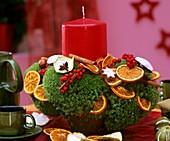 Adventsgesteck mit Orangenscheiben, Ilex und roter Winterbeere