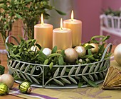 Advent arrangement of mistletoe and candles