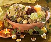 Schale mit Amaryllis, Limetten, Weinranken- & Sternaniskugel