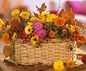 Körbchen mit Hagebutten, Ringelblumen und Chrysanthemen