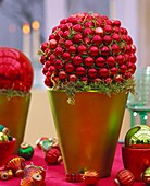 Christmas decoration: red baubles and moss in cache-pot