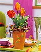Vase mit Tulpen, Weidenkranz und Filztulpen