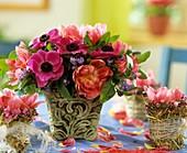 Strauss aus Kronenanemone, Tulpen und Vergissmeinnicht