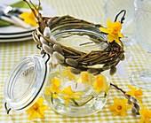 Einmachglas als Windlicht mit Narzissen und Palmkätzchen