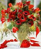 Frühlingsstrauss aus Tulpen und Kronenanemonen, Deko-Herzen
