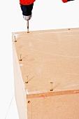 Polsterhocker selber bauen (Kiste mit Akkuschrauber zusammenschrauben)
