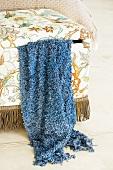 Klassisch florales Muster und Fransenbordüre - ein Polsterhocker mit Stauraum im Shabby-Look