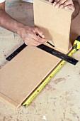 Hängeschrank selber bauen (Seitenbrett anzeichnen)