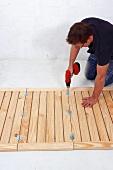 Klappbaren Holztisch selber bauen (Klapptisch-Scharniere befestigen)