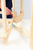Klappbaren Holztisch selber bauen (Scharnierbänder anzeichnen)