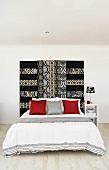 Schlafzimmer mit luxuriösem Bettkopfteil