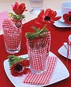 Rote Kronenanemone im Glas als Tischdeko