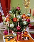 Strauss aus Kiefernzweigen, Cornus und Weihnachtsbaumkugeln