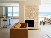 Zeitgenössische Architektur - offener Wohnraum mit Blick durch grosse Schiebefenster auf Terrasse und Meer