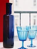 Eine Flasche mit zwei Gläser