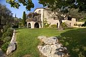 Villa mit weitläufiger Gartenanlage