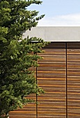 Exterior view with solar shading (Villa Nalu, Southern France)
