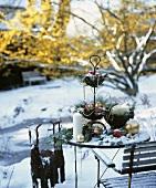 Weihnachtlich dekorierter Tisch im Schnee