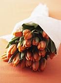 Ein Strauss Tulpen in Papier gewickelt