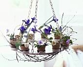Hängender Leuchter mit Blumendeko