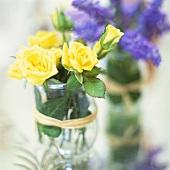 Sträusschen von gelben Rosen und Traubenhyazinthen