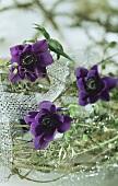 Tischgesteck mit lila Anemonen-Blüten
