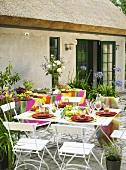 Gedeckter Tisch auf der Terrasse mit Buffet im Hintergrund