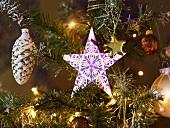 Schmuck und Lichterkette am Weihnachtsbaum
