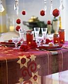 Weihnachtlich gedeckter Tisch in rot