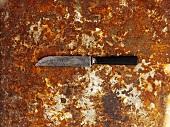 Messer auf rostigem Backblech von oben