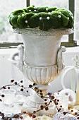 Ein Mooskranz auf einer Steinvase