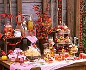 Ein gedeckter Tisch mit Produkten aus der Apfelernte
