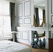 Einbauschränke links und rechts von einem Spiegel eines Schlafzimmers
