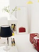 Feminines Ankleidezimmer mit roter Ledersitzbank und an der Wand angelehnter Spiegel