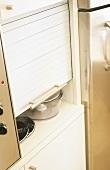 Ein Küchenschrank mit faltbarer Tür