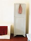 Aufgehängte Einkaufstasche an einem Schrank neben Badewanne